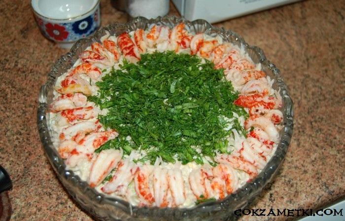 francuzskij-salat-olive-s-ryabchikami-yazykom-i-rakami