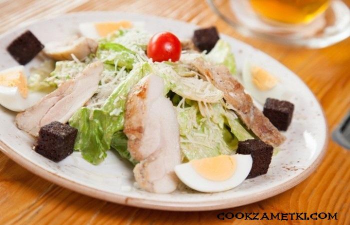 salat-cezar-s-grenkami