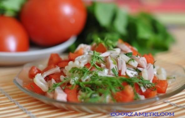 Салат с макаронами, ветчиной и болгарским перцем.
