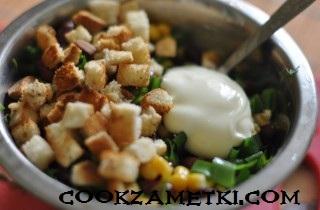 salat-s-suharikami-fasolyu-i-kukuruzoj-25026