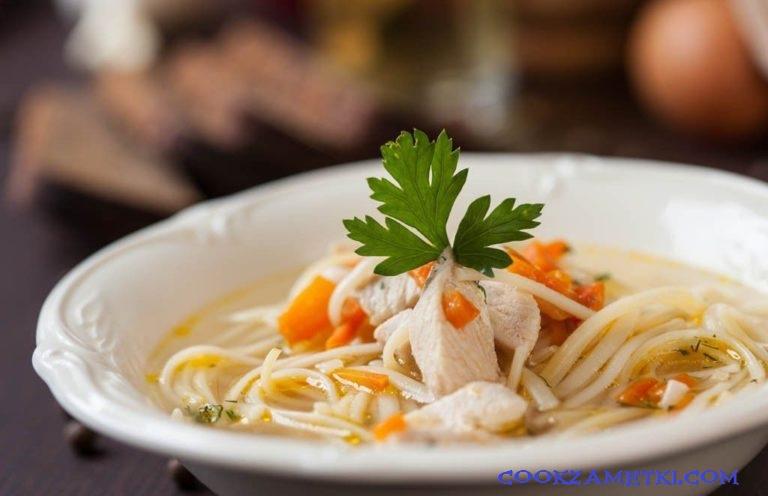 Куриный суп с лапшой.