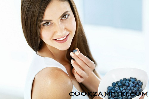 Healthy Food. Portrait Of Attractive Smiling Girl Eating Ripe Fresh Juicy Tasty Sweet Organic Blueberries ( Blue Berries ) From Bowl. Sexy Happy Young Woman On Diet Nutrition Concept. High Resolution