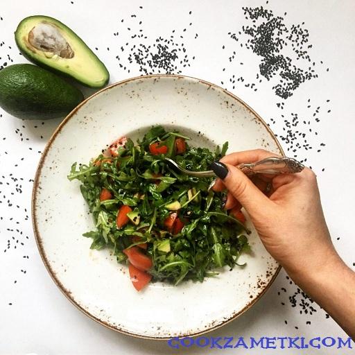 Салат с рукколой и авокадо.