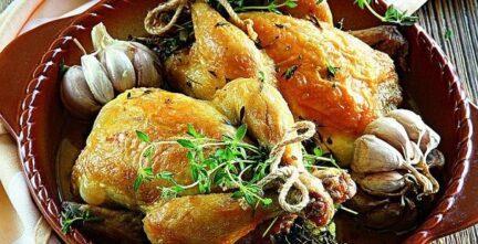 Цыпленок, фаршированный молодым чесноком.