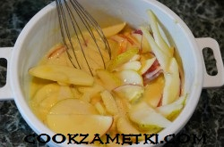 sharlotka-na-moloke-s-yablokami_1589964058_9_min