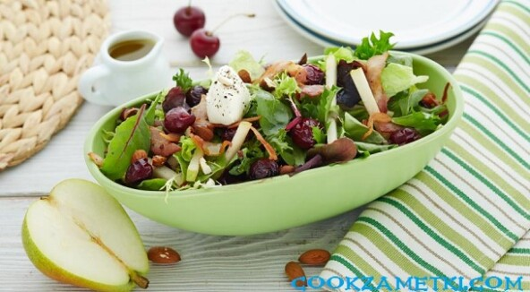 Летний итальянский салат с вишней и беконом