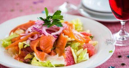 Салат с красной рыбой и цитрусовыми