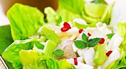 Острый тайский салат с кальмарами