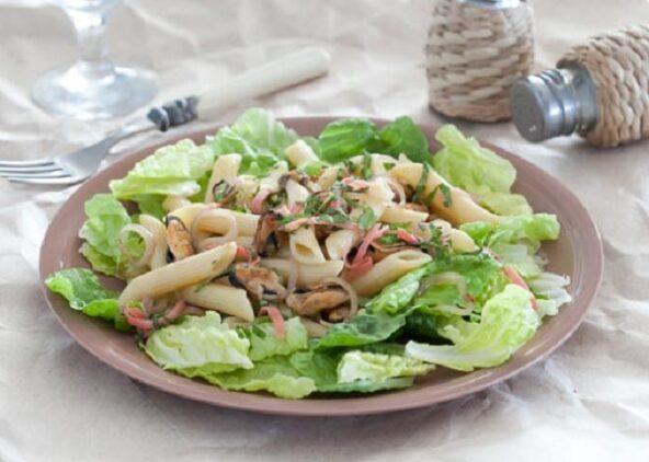 Теплый салат из пасты с мидиями