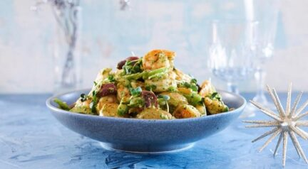 Картофельный салат с креветками и маслинами