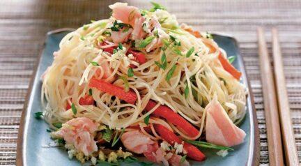 Салат с тунцом и рисовой лапшой