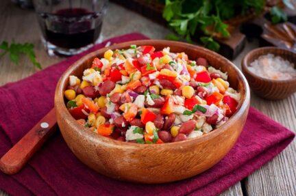 Салат с курицей и консервированной фасолью