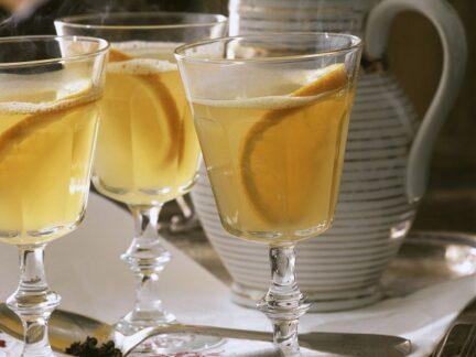 Глинтвейн с апельсином,лимоном,белым вином и корицей