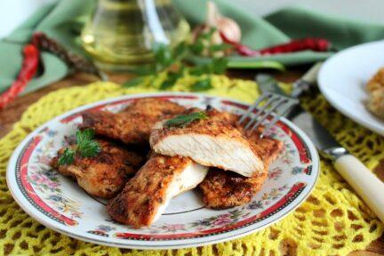 Отбивные из куриных грудок на сковороде