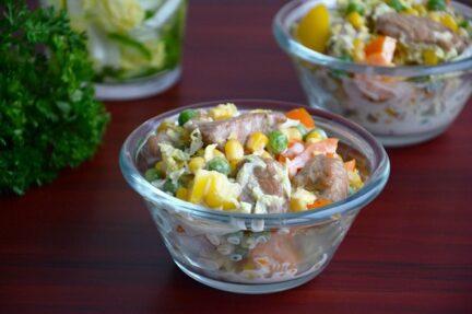Салат из индейки с пекинской капустой и горошком
