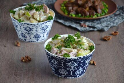 Салат из копченой индейки и фруктами