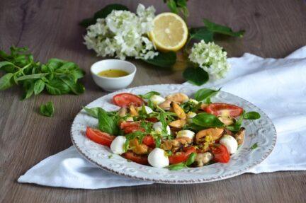 Салат с мидиями, Моцареллой и руколой
