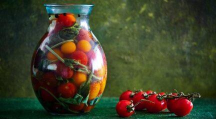 Соленые помидорчики с базиликом
