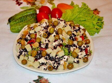 Греческий салат с сухариками и курицей