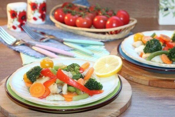 Рыба с овощами, приготовленная на пару
