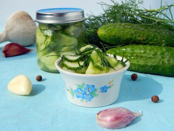 Салат из огурцов с чесноком,укропом и зеленью