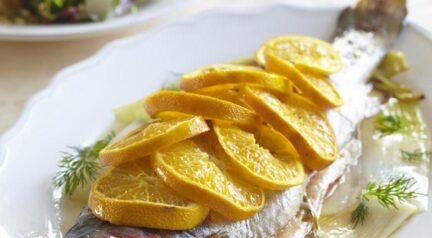 Рыба с травами, мандаринами и запеченным пореем