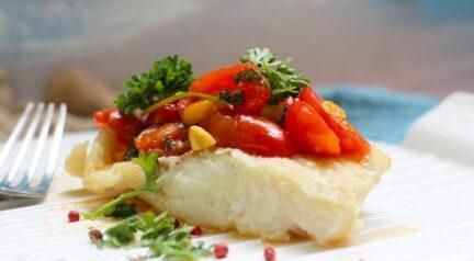 Треска в винном соусе с базиликом и томатами-черри
