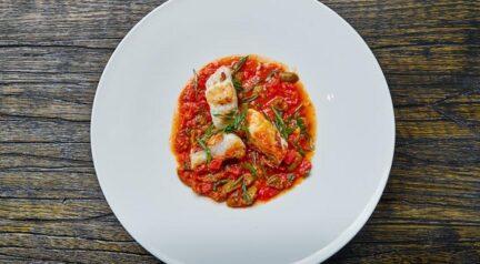Рыба конгрио запеченная с томатами
