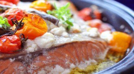 Рыба с помидорами, фетой и базиликом в тажине